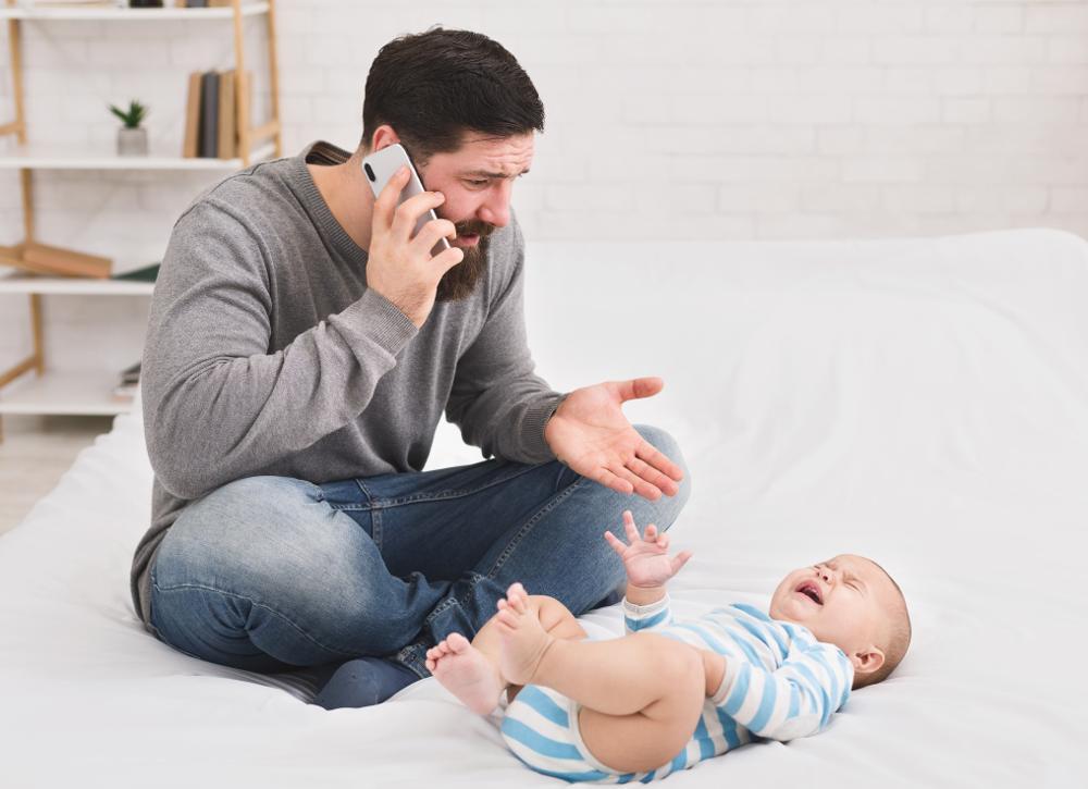 Niemowlę woli matkę - ojciec w defensywie, bo nosi i usypia, a dziecko wciąż płacze