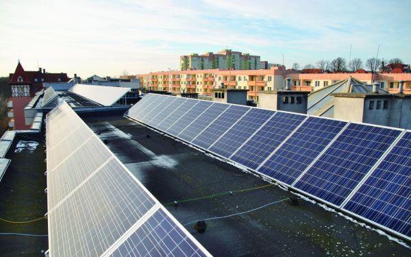 Fotowoltaika na dachu budynku wielorodzinnego. Przykłady inwestycji, opłacalność, programy wsparcia